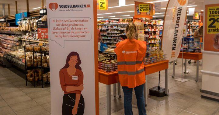 Tafel en banners voor voedselinzameling in AH winkel