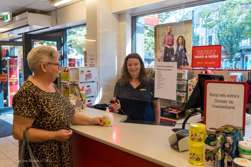 Toonbank Wibra met producten voor voedselbank