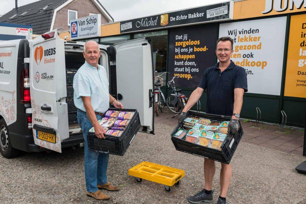 Vrijwilligers van voedselbank en Lionsclub laden de koelbus in