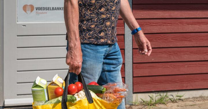 Klant voedselbank met boodschappentas